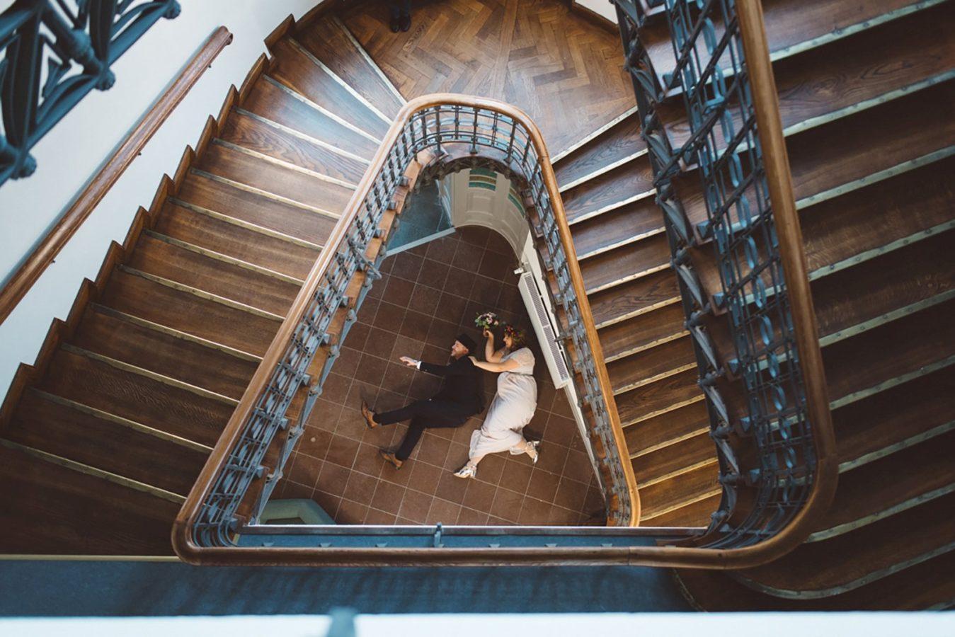 Hochzeit Rostock Fotograf Standesamt Paar Treppe Perspektive